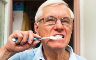 Пожилой человек чистит зубы