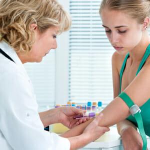 Девушка сдает анализ крови