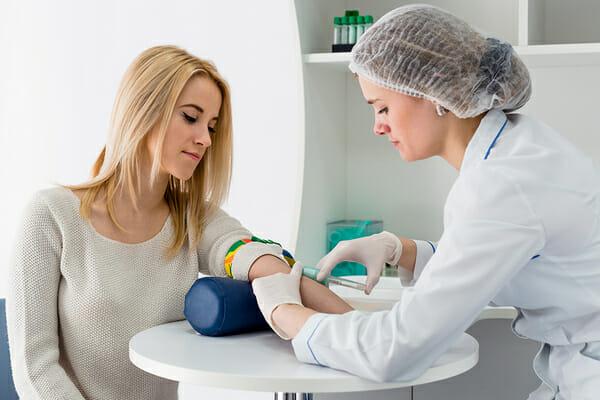 Девушка сдает кровь