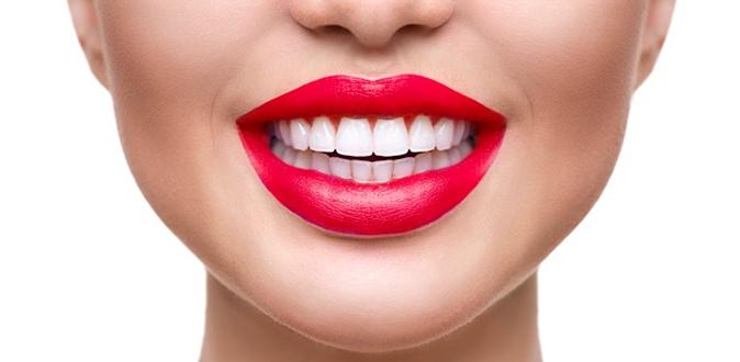 У девушки белые зубы