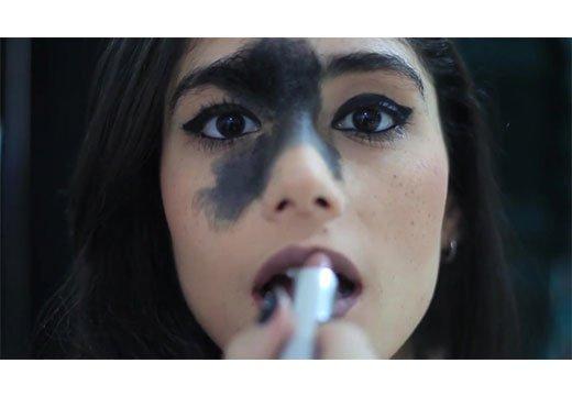 Девушка с пятном на лице
