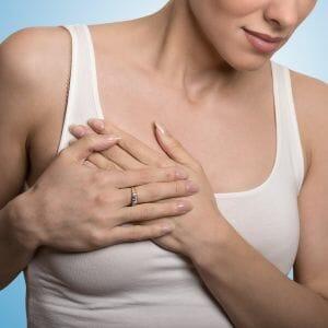 Боль в груди у девушки