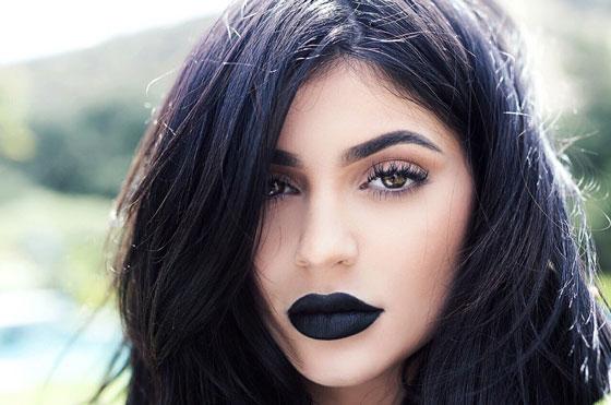 Девушка с темными губами