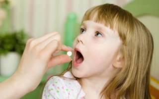 Мама дает ребенку таблетку