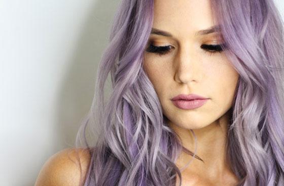 Девушка с лиловыми волосами