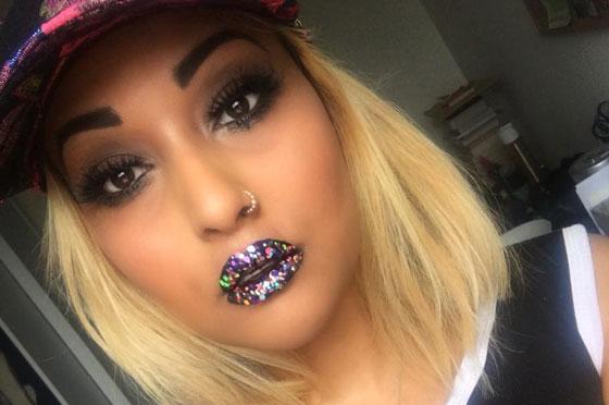 Блондинка с блестящими губами