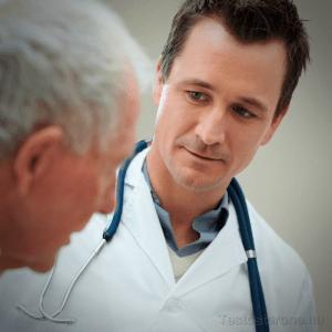 Пожилой мужчина и врач