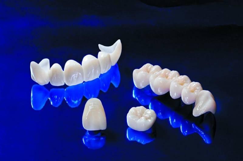 До и после реставрации зубов коронками