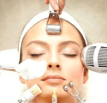 Косметические процедуры на лице у девушки