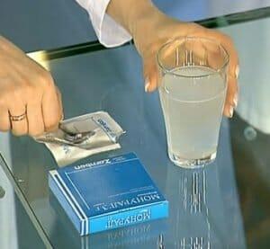 Порошок Монурал и стакан