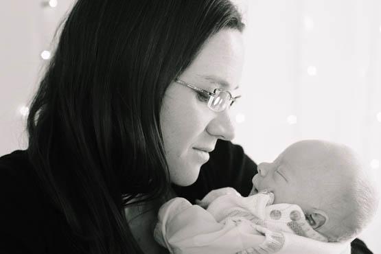 новорожденный ребенок на руках