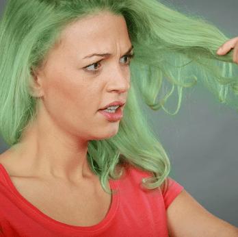 Зеленые волосы после окрашивания у девушки