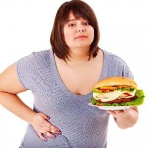 Полная девушка с гамбургером