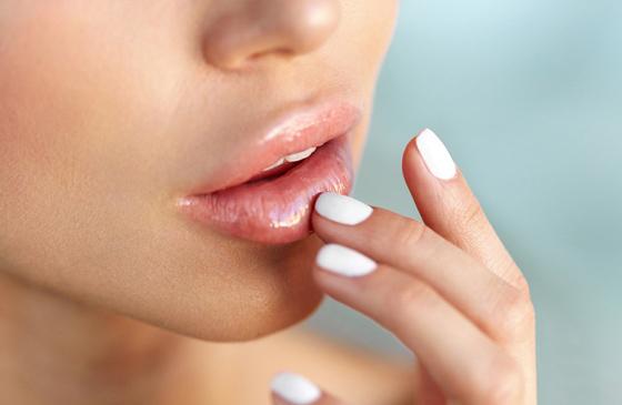 воспаленные губы у девушки