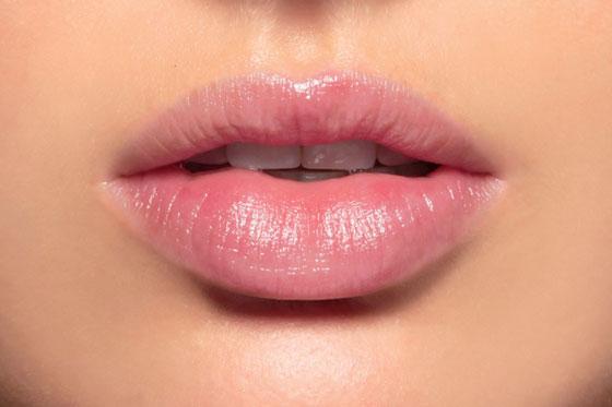 красивые губы девушки