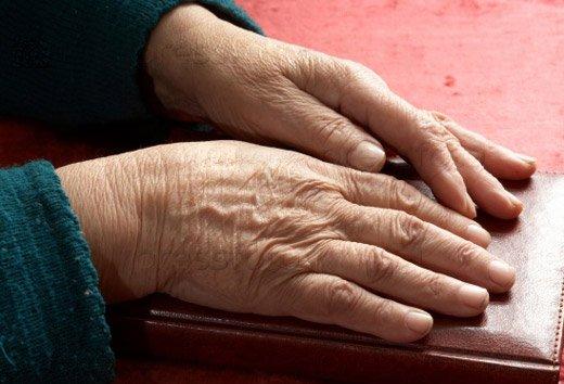 руки пожелого человека