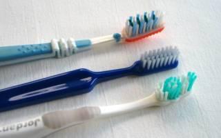 Три зубные щетки