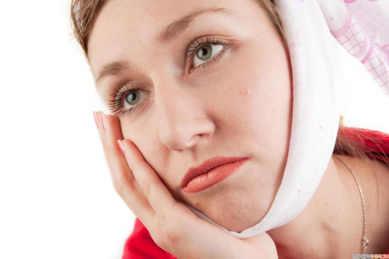 У девушки болит зуб