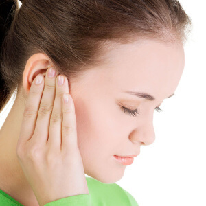 У девушки проблемы со слухом