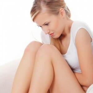 Девушка сидит согнув колени