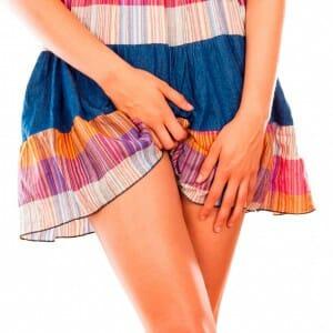 Девушка задирает платье